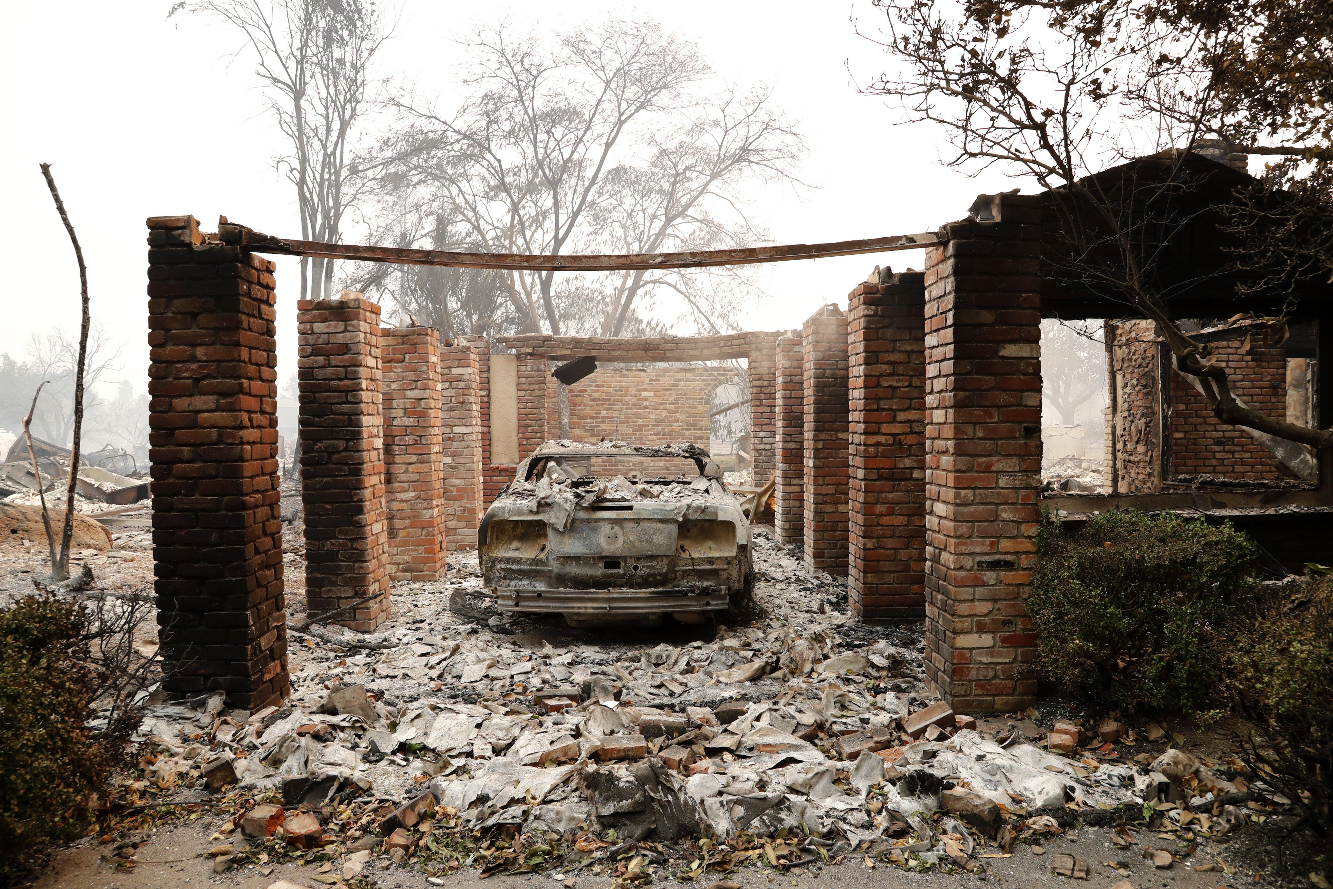 一部燒毀的房車停在車庫裡,只有磚柱與它為伴。(歐新社)