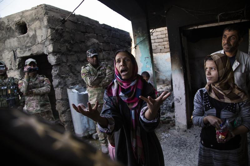 伊拉克攝影師阿卡迪(Ali Arkady)所拍攝的駭人照片之一。圖為伊拉克一名婦女驚惶失措地向官員說明房屋被空襲炸毀、親人也被ISIS俘虜。(圖取自巴優卡爾瓦多斯戰地記者獎官網)