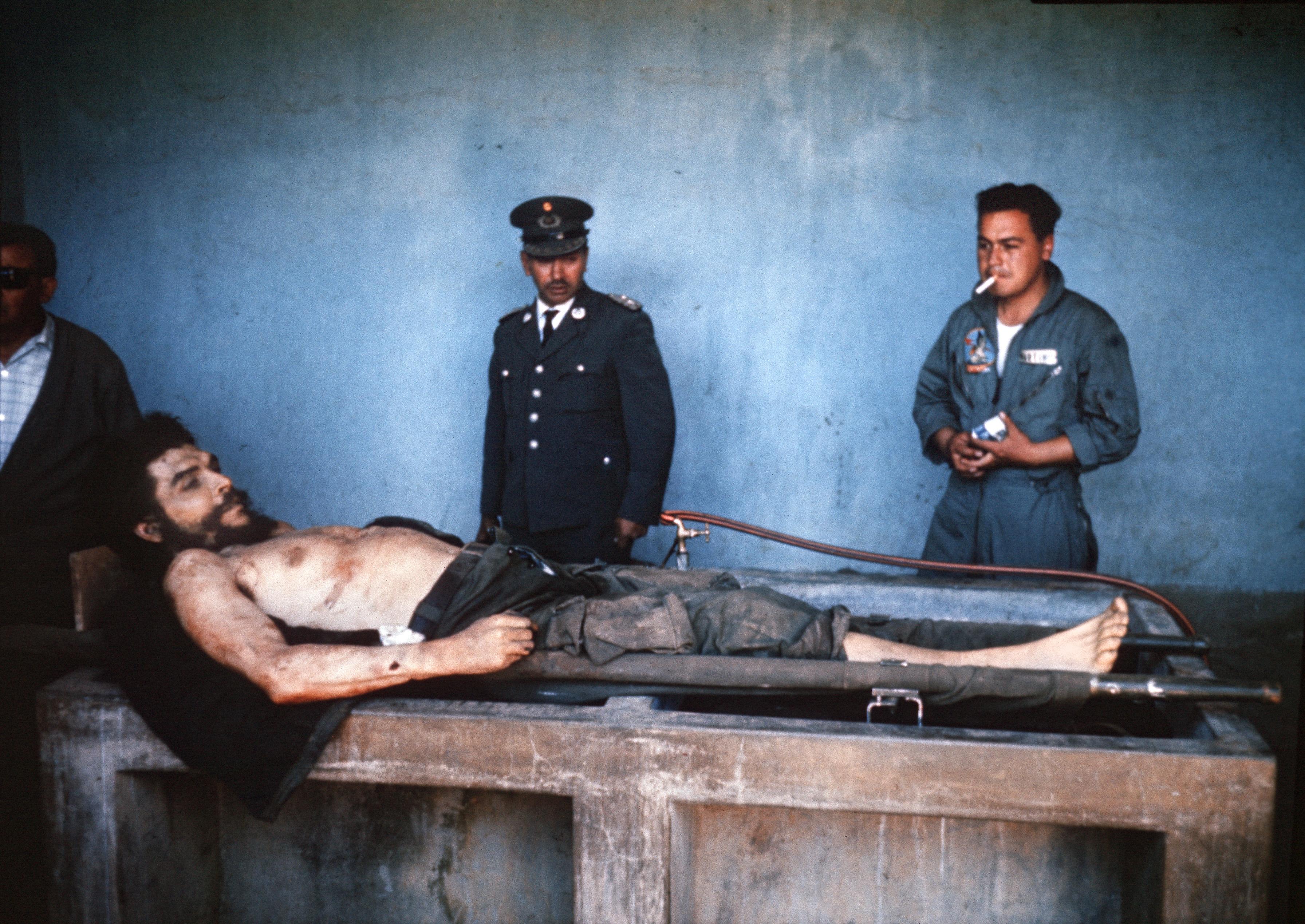 1967年10月10日切‧格瓦拉的屍體被展示,最為人道的是即使當時被射殺,仍面露微笑。他當時曾跟要開槍的士兵說:「我知道你要在這裡殺我。開槍吧!懦夫,你只不過是殺了一個人。」(Getty Images)
