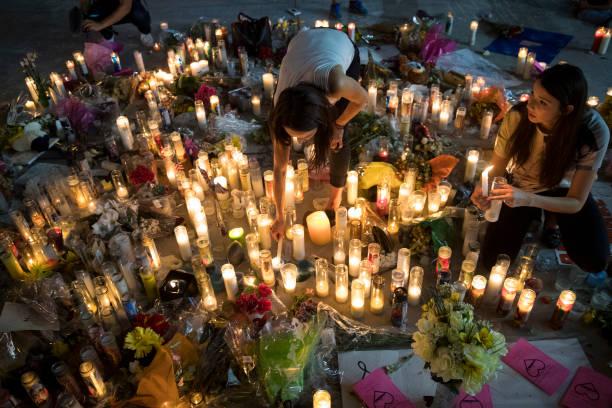 圖為許多民眾放置蠟燭和鮮花悼念賭城槍擊案罹難者。Getty Images