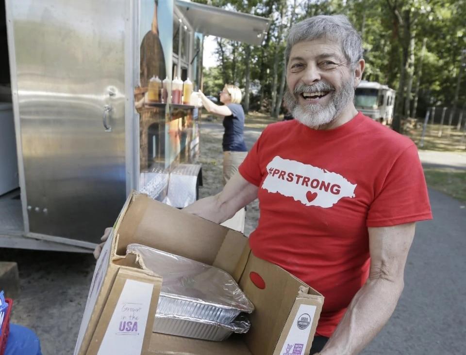 新澤西州74歲的巴代姆把他45年來儲存的糧食捐給波多黎各災民。(美聯社)