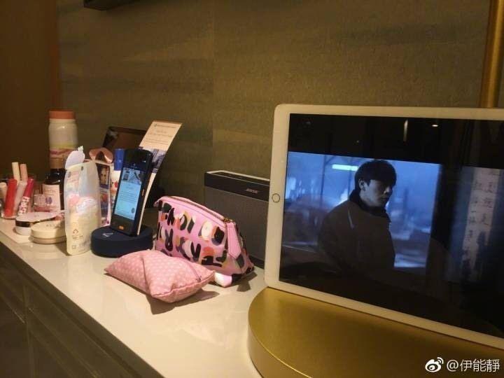 伊能靜獨自在飯店追老公秦昊拍的劇,還和網友分享劇情。(圖摘自伊能靜微博)