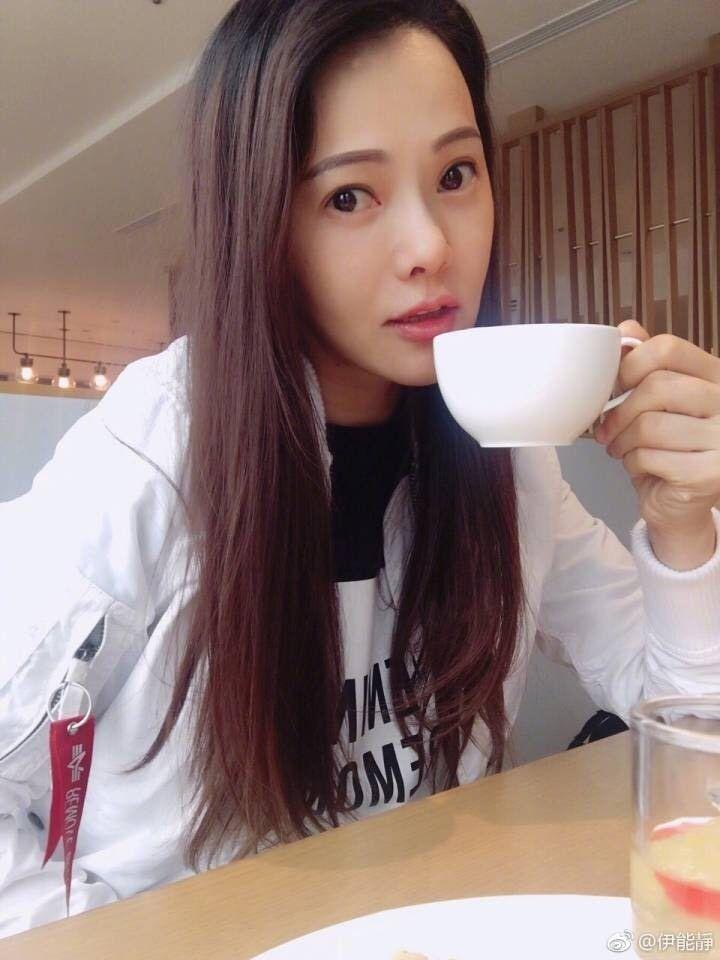 伊能靜最近追老公秦昊拍的戲,獨自一人在飯店咖啡廳悠閒享受時光。(圖摘自伊能靜微博)