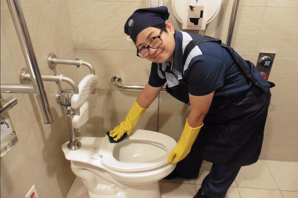 醫院清潔達人林春蓮示範刷洗馬桶。(記者黃安琪/攝影)