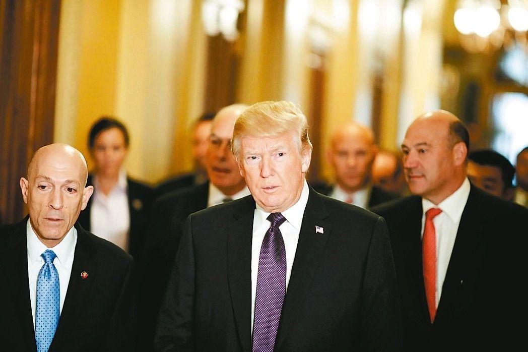 美國總統川普(中)抵達眾院演說,但市場已轉而關注川普競選團隊捲入「通俄門」事件的風波。路透