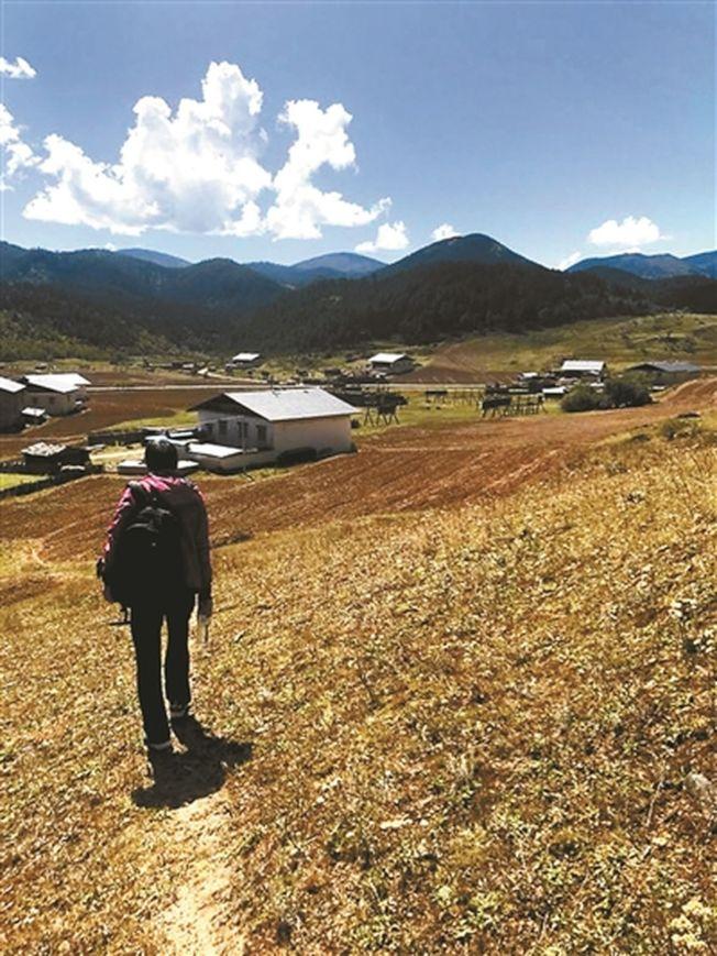 在吉迪村尋找隕石的蔣維。(取材自北京青年報)
