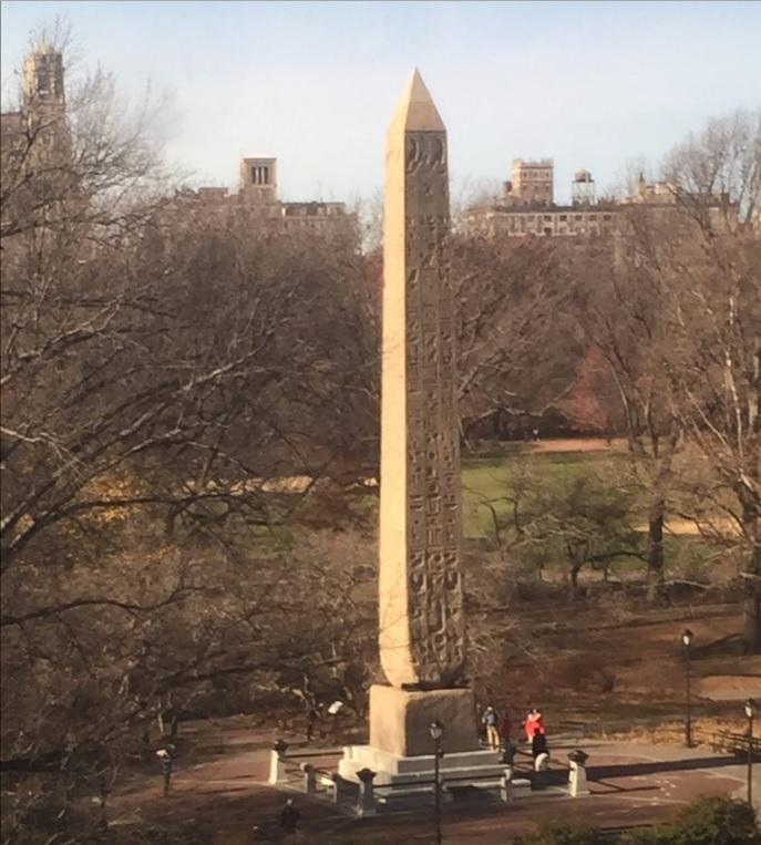 從大都會博物館餐廳可俯看中央公園的古埃及石碑。(大都會博物館)