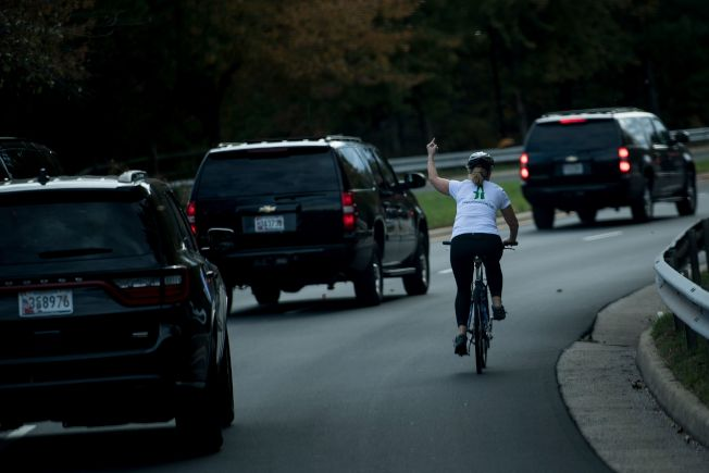 布瑞斯克曼今年10月28日騎著自行車,對著川普總統的車隊比中指。(Getty Images)