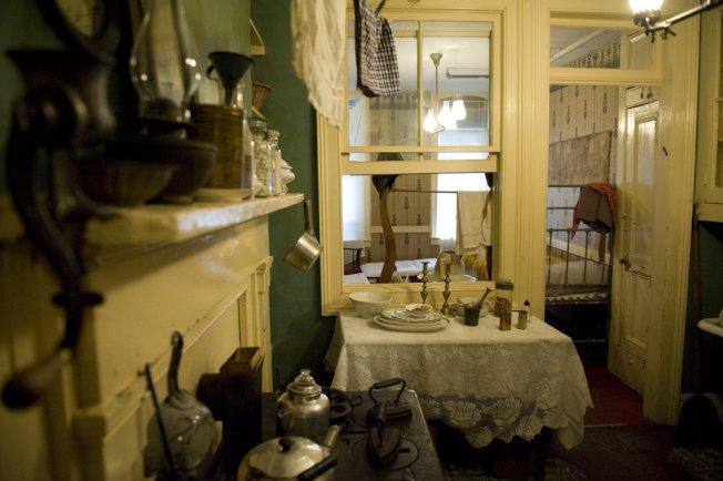 移民租客住宅樓(tenement housing)內一個整舊如舊的公寓房。(Tenement Museum)