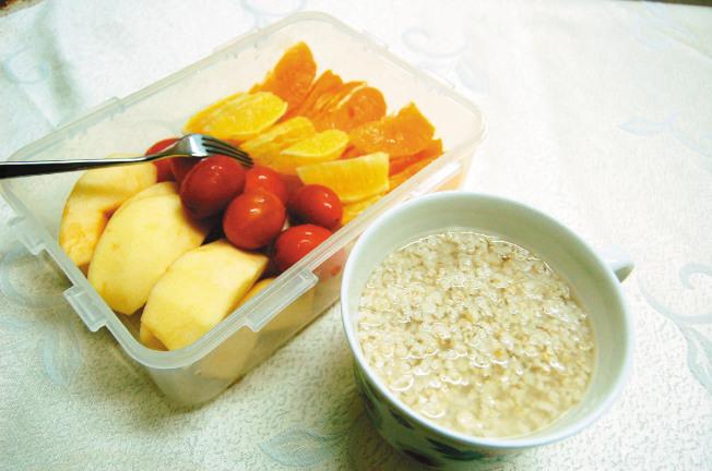 早餐一杯燕麥片,搭配整盒當季水果及燙青菜,再配合運動,也是不錯的選擇。(本報資料照片)