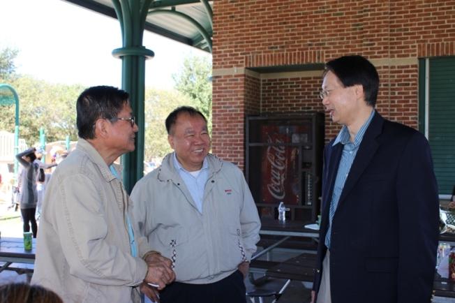 會長陳志宏(左)和休士頓台北經文處新聞組施建志副組長(右)相見歡。