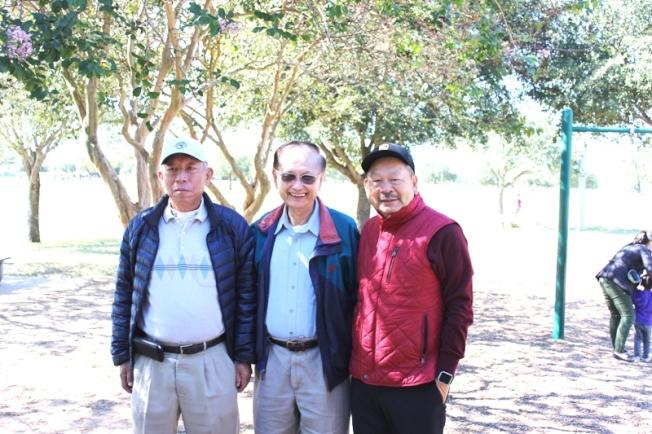 休士頓台灣商會財務長林重光(左)、榮譽會長陳舜哲(中)、前會長梁慶輝(右)合影。