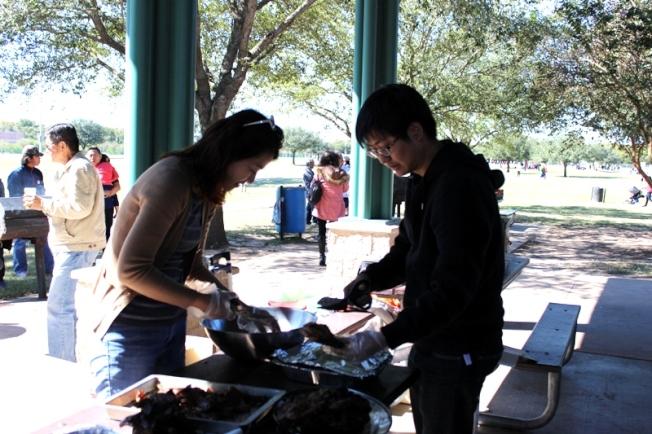 休士頓台商會理事廖珮君(左) 和張碩仁(右) 忙著準備食材。