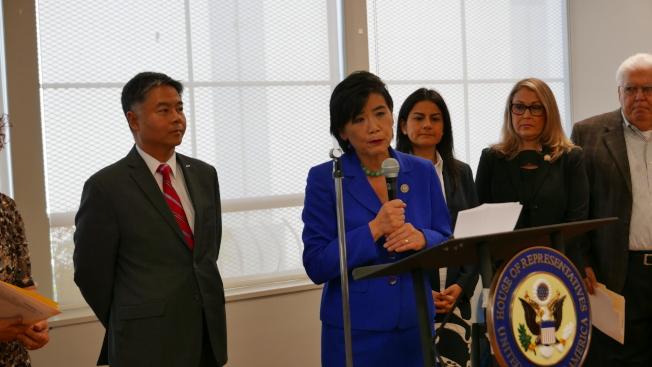 國會議員劉雲平(左一)和趙美心(左二)以及各界人士,反對共和黨新稅改法案。(記者李雪/攝影)