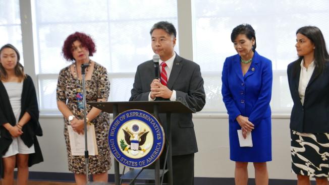 國會眾議員劉雲平(中)和趙美心(右二)以及各界人士,反對共和黨新稅改法案。(記者李雪/攝影)