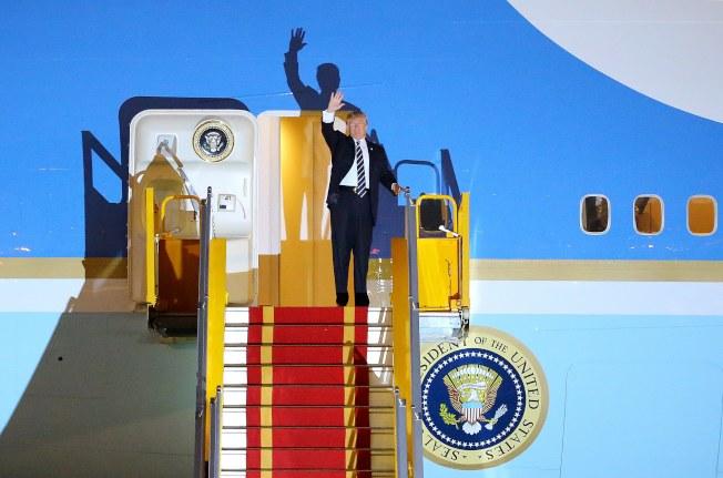 川普在APEC結束後,飛抵河內,對越南展開兩天正式訪問。(歐新社)