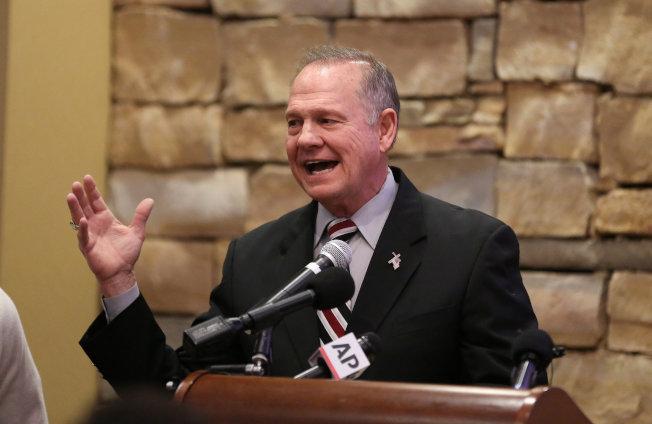 阿拉巴马州共和党联邦参议员候选人摩尔在退伍军人节早餐会上继续否认性侵少女指控,称是选举抹黑伎俩。 (路透)