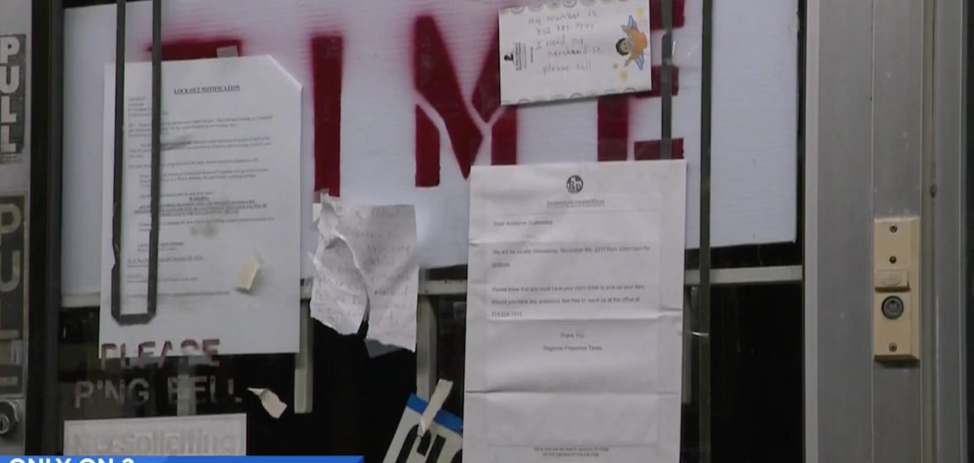 遺失鐘錶的顧客在店門上粘貼字條,希望得到物品不翼而飛的解釋。(取材自KPRC2)