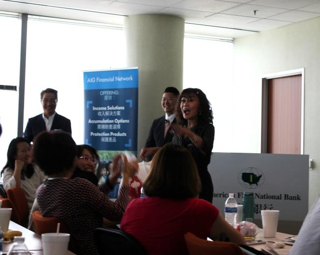 講座主持人譚秋晴(立者右一) 在問與答遊戲互動中,學太空人隊投手投擲獎品。