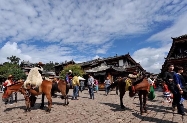 麗江古城是觀光勝地,卻存在不少旅遊亂象。(中新社)