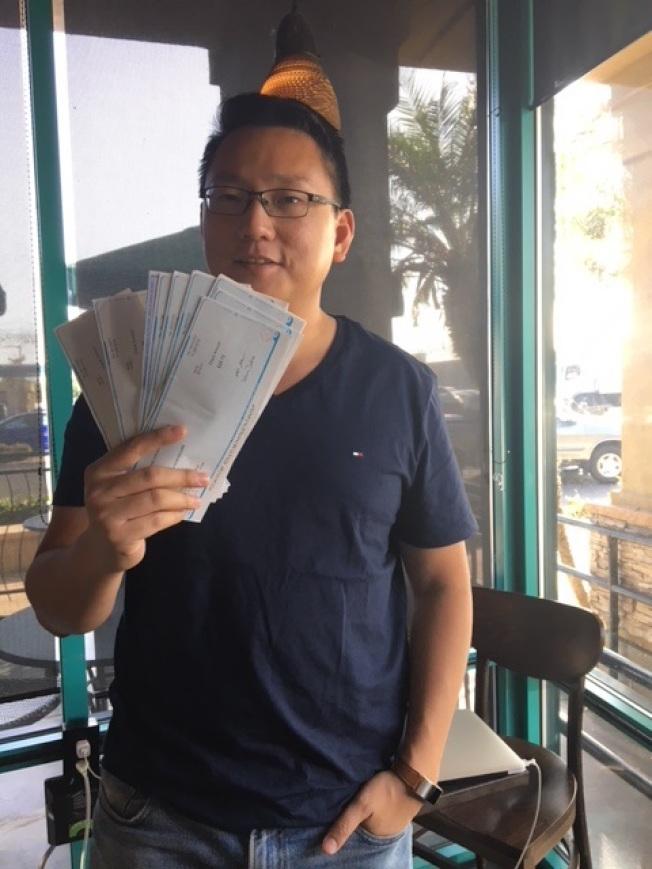 每張差價退款的支票背後就是連潤雄的創業商機。(記者張宏/攝影)