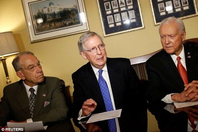 參院共和黨三大老麥康諾(中)、哈契(右)及葛萊瑟13日都表態要摩爾立即撤出選舉。(路透)