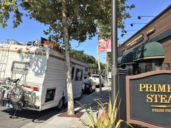巴洛阿圖主要大街成為新吉普賽人矽谷房車族的停駐點,圖為史丹福大學對面高價牛排館,大門就是房車族。(特派員許惠敏/攝影)