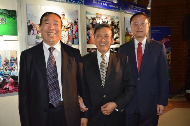 中國駐洛杉磯代總領事孫魯山(右至左),中國國務院新聞辦公室局長魯廣錦、甘肅國際文化交流協會主席李均。(記者楊青/攝影)