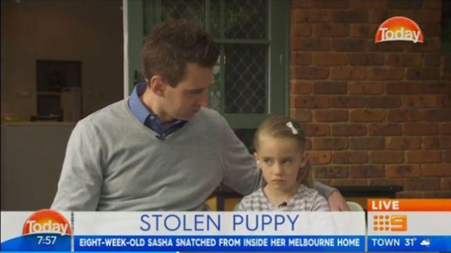 心碎的4歲小主人瑪雅(右)日前淚流滿面,和父親在媒體鏡頭前呼籲民眾幫忙協尋愛犬。(截自澳洲當地媒體)