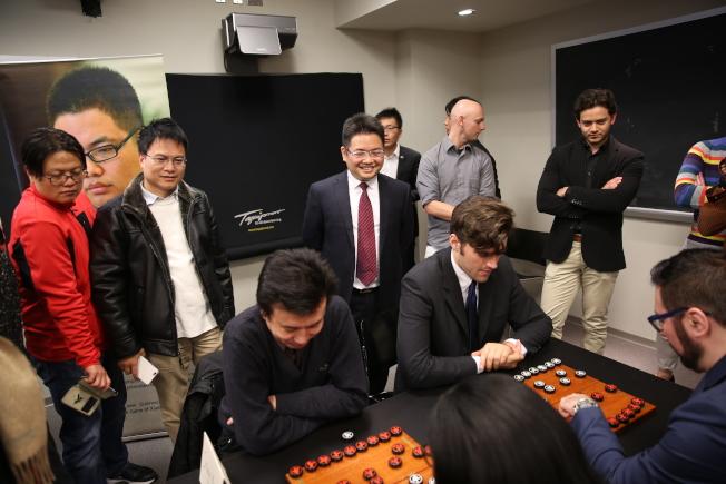 蔣川(立者左三)觀看各族裔中國象棋愛好者對弈。(記者洪群超/攝影)