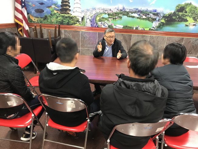 12歲華裔男生不堪父親家暴,偷跑到外公外婆家求助,在家人的陪同下向律師諮詢。(記者俞姝含/攝影)