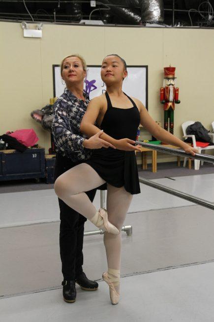 Twilight舞蹈老師Linda Hurkmans(左)指出,芭雷舞是很注重細節的表演,好的舞者必須要有一些天賦。(記者李榮/攝影)
