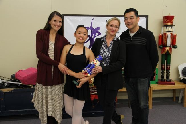 Twilight說,不只領養爸媽給他一個幸福家庭,舞蹈中心也是自己的第二個家。左起:Megan、Twilight、Linda、Joe。(記者李榮/攝影)