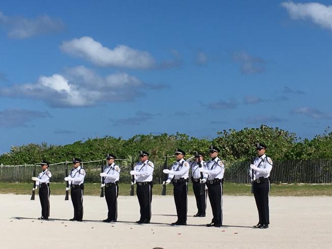 莊嚴的紀念儀式,向退伍軍人致敬。(徐結武提供)