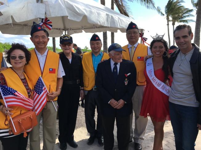 參加第9屆2017年邁阿密海灘市退伍軍人節遊行的華裔和老兵及邁阿密海灘市小姐(右二)合影。(徐結武提供)