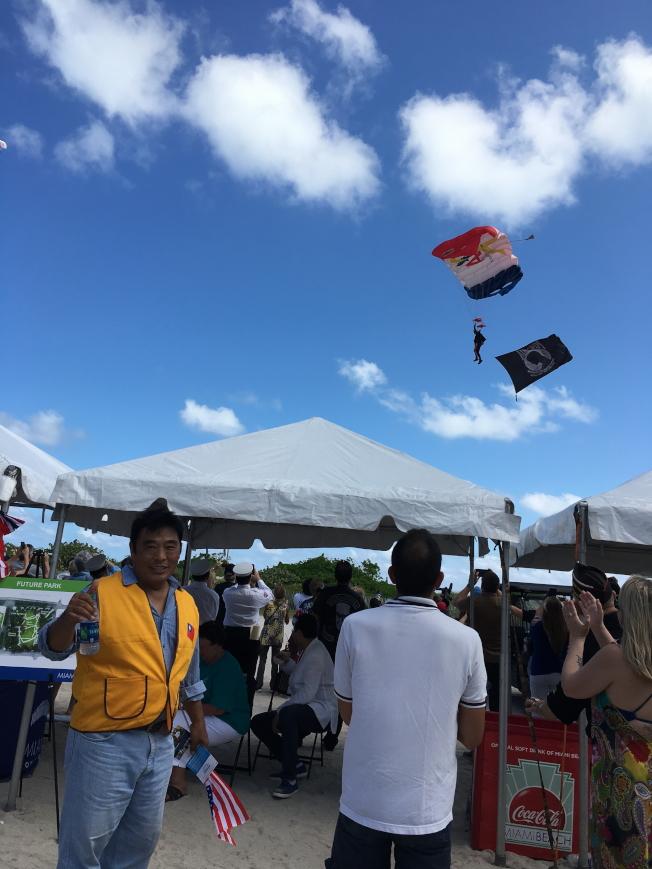 前佛州榮光會會長徐結武曾為神龍小組,特別與高空跳傘表演合影。(徐結武提供)