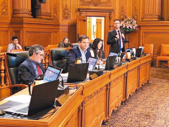 舊金山市議會舉行了長達三個小時的大麻立法公聽會。從左至右為佩斯金、麥翡、湯凱蒂、安世輝。(記者黃少華/攝影)