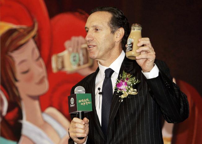 2007年,星巴克董事長舒茲在上海發表瓶裝咖啡新產品。(美聯社)