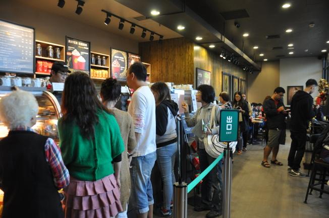 瓶罐裝咖啡大賣的原因之一是消費者不想在咖啡店排隊。圖為高鐵苗栗站星巴克門市推優惠,吸引民眾嘗鮮排隊。記者張裕珍/攝影