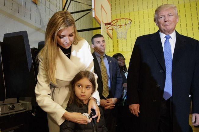 伊凡卡(左一)為了培養女兒阿拉貝拉(左二)不惜花大錢。圖右為川普。(美聯社)