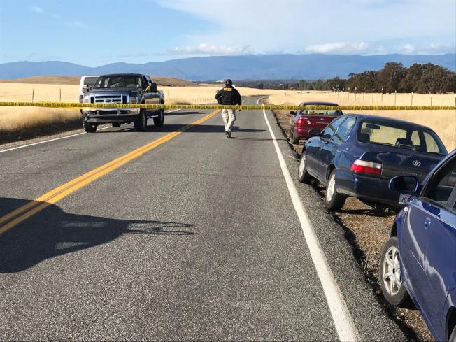 警方將Rancho Tehama路上的道路進行封鎖。美聯社