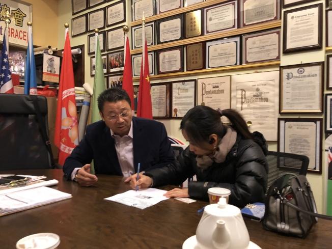 陳善莊(左)將社會各界的捐款交給鄭寶貴表姑鄒女士。(記者黃伊奕/攝影)