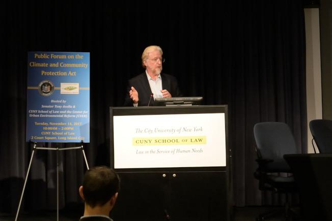 工程師阿克頓呼籲紐約州立法者推出法案,補助清潔能源與電動車。(記者朱澤人/攝影)