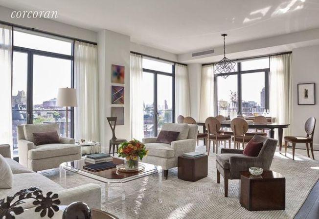 公寓內有從地板延伸到天花板的窗戶、橡木實木地板和特別的訂製木製品。(Realtor.com)