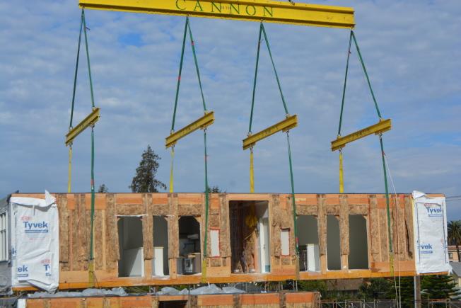 聖利安住一棟85戶老人公寓採用模塊組合建設,就像搭樂高積木。(記者劉先進/攝影)