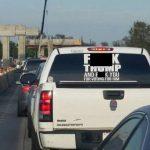 民眾在卡車後方張貼攻擊川普字眼