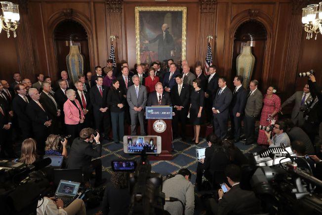 共和黨版稅改案在國會眾院過關後,共和黨眾議員召開記者會說明稅改重點。(Getty Images)