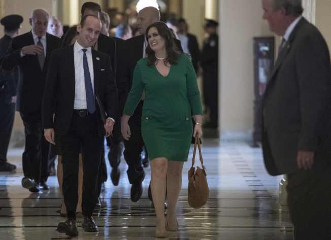 白宮顧問米勒(左)與新聞秘書桑德斯隨川普總統到國會,就稅改案與共和黨議員溝通後,愉快地離開國會大廈。(Getty Images)