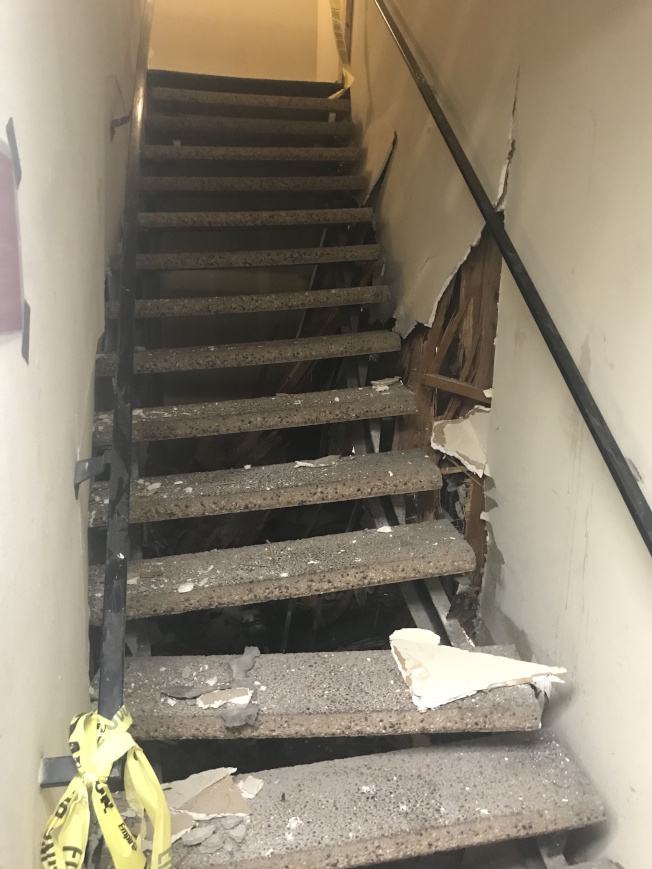 樓梯被撞歪。(記者高梓原/攝影)