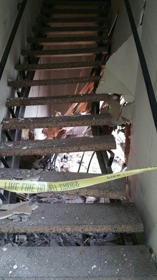 樓梯被撞歪、牆體露大洞。(經理林先生提供)